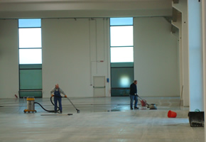 Personale all'opera pulitura pavimenti con attrezzature professionali