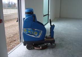 Macchina con uomo a bordo per pulitura pavimenti